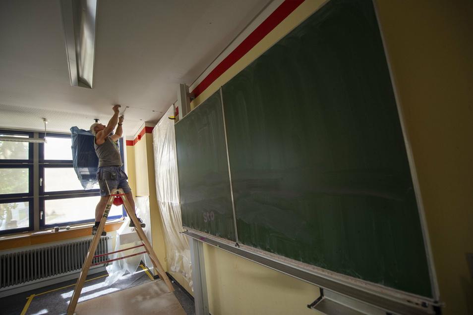 Uwe Nitschke von der Firma DAM bereitet die Verlegung von Datenkabeln im Gymnasium in Hartha vor.