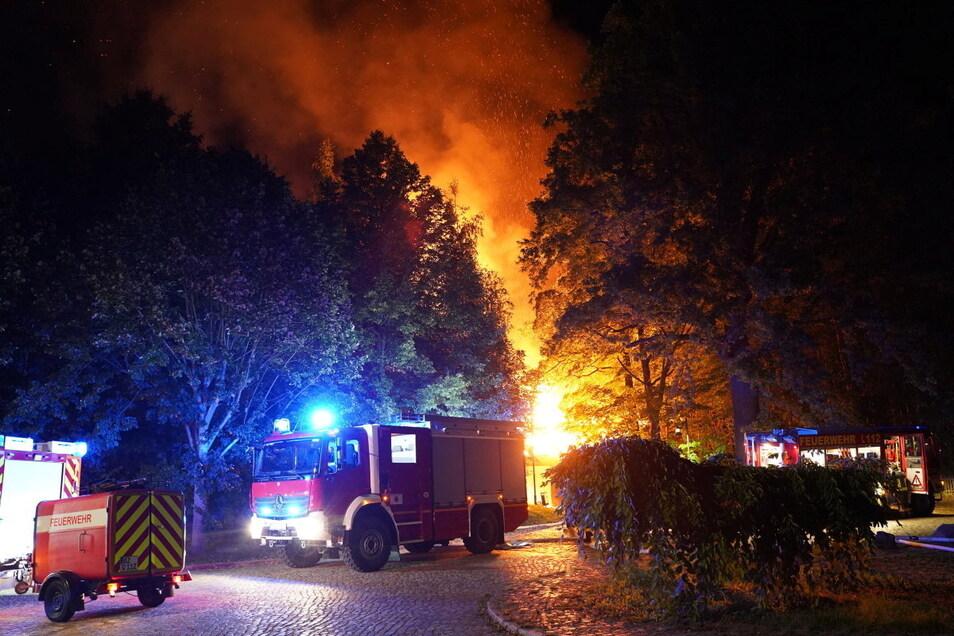In Schirgiswalde-Kirschau brannte in der Nacht zum 11. September erst eine Scheune, dann der Bahnhof. Etwa 130 Feuerwehrleute waren im Einsatz.