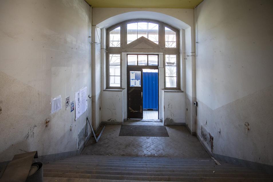 Der bisherige Haupteingang wird verschlossen, der Raum aufgefüllt. Es wird ein neuer Zugang gebaut.