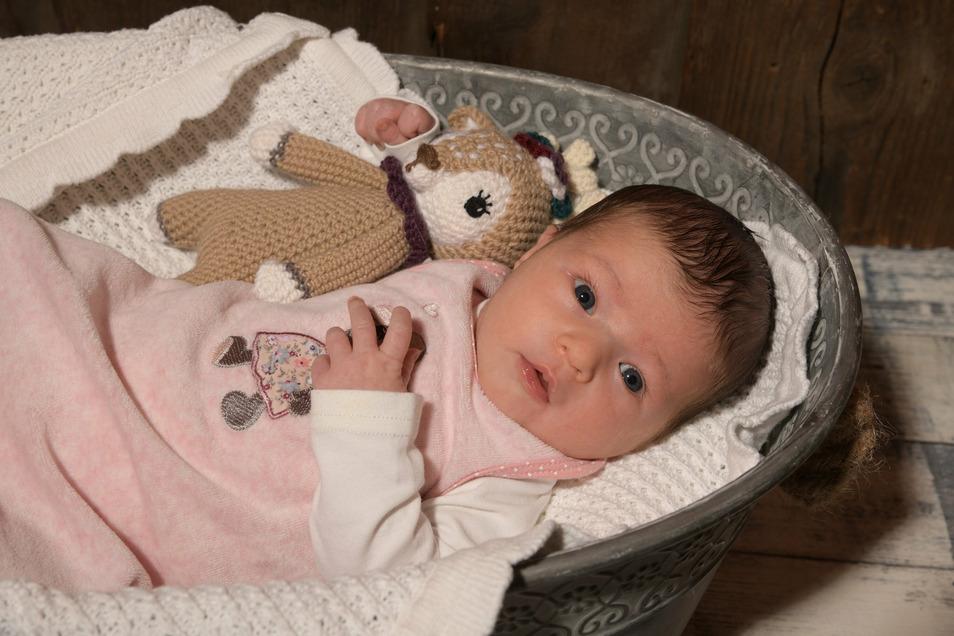 Lena, geboren am 2. Juni, Geburtsort: Dresden, Gewicht: 3.240 Gramm, Größe: 52 Zentimeter, Eltern: Mandy Kirchner und Tino Rentsch, Wohnort: Großröhrsdorf