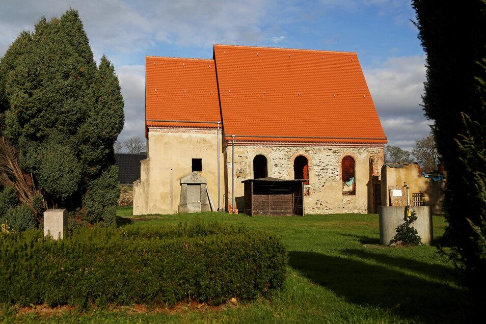 Blick auf die Kirche in Canitz. Die ehemalige Ruine hat mittlerweile ein Dach, das das Haus vor Wind und Wetter schützt.