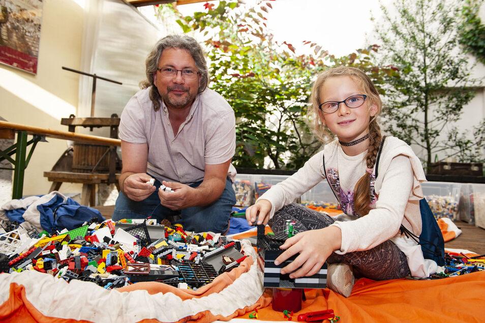 """Ralph-Torsten Lincke und die achtjährige Josi waren beim Lego-Ferienangebot im Museum """"Alte Lateinschule"""" am Sonntag zwar unter sich. Doch der erfahrene Mann aus der Zukunftswerkstatt Dresden ist überzeugt: """"Man muss klein anfangen""""."""