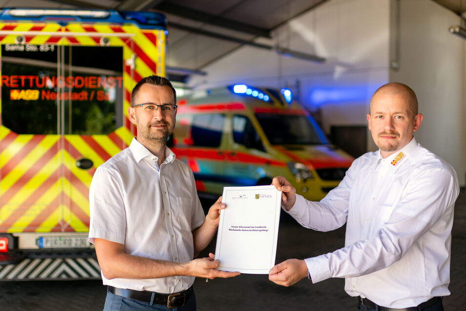 ASB-Geschäftsführer Alexander Penther (links) und Paul Krell, Beauftragter Katastrophenschutz, freuen sich über die finanzielle Anerkennung.