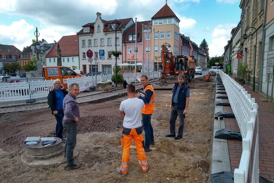 Baustellenberatung mit Ingolf Dachsel vom Bauamt (re.) auf der Nossener Straße in der Wilsdruffer Innenstadt. Die ist für einige Wochen nun eine Baustelle.