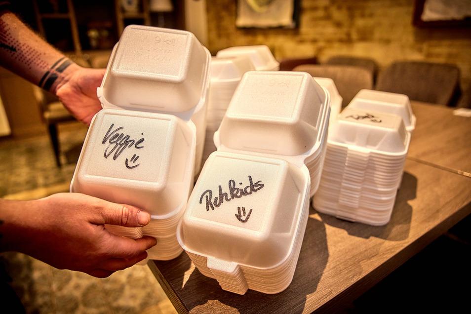 Leer: 1.200 Boxen für die Burger sind da und etliche davon schon mit den Namen der Menüs beschriftet. Das gehört zur Vorbereitung.