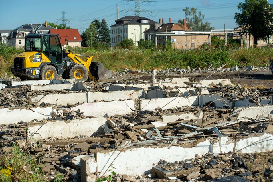 Mit dem Abriss der Garagen hatte voriges Jahr an der Heidenauer Breitscheidstraße der Bau eines neuen Wohngebietes begonnen.
