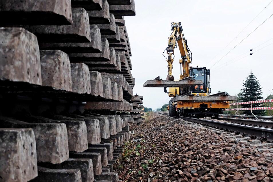 Auf mehreren Umschlagplätzen entlang der Baustrecke werden die einzelnen Gleisteile abgeladen und später entsorgt.