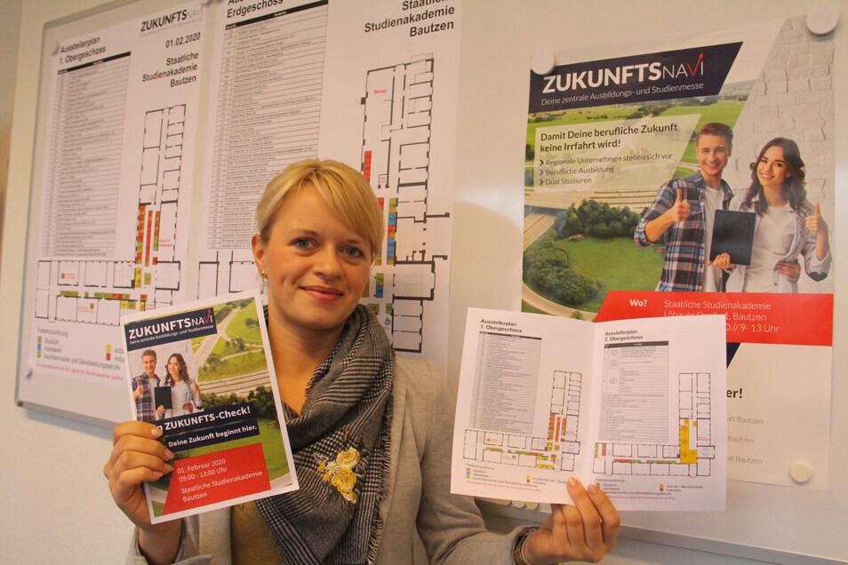 Stephanie Köhler von der IHK zeigt die neuen Faltblätter, mit deren Hilfe sich die Besucher des Zukunftsnavis orientieren können.