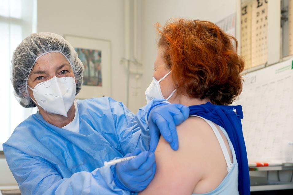 Viel Aufwand für die entscheidenden paar Sekunden. Ärztin Antje Herbst schafft 50 Impfungen pro Woche.