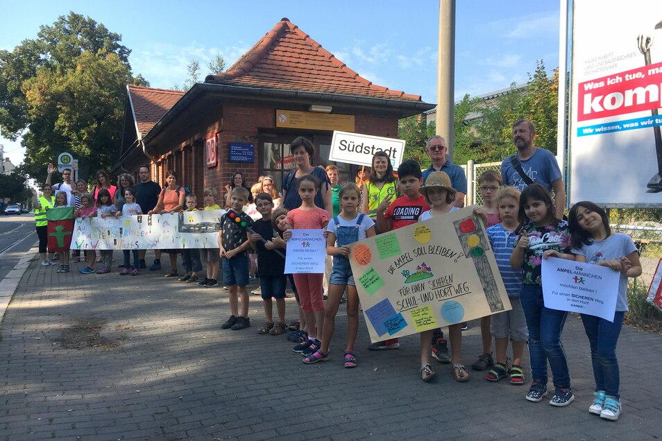 Initiiert vom Bürgerrat Südstadt protestierten Kinder gegen die Aufhebung der Tempo-30-Zone am Südausgang des Görlitzer Bahnhofes und für eine dauerhafte Ampelanlage.