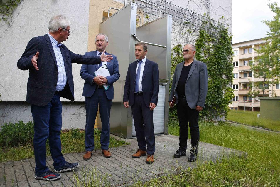 Die Kamenzer Wohnungsgenossenschaft will in Aufzüge investieren - und fordert dafür Geld vom Freistaat. Darüber diskutierten jetzt Vorstand Henry Schmidt, Minister Thomas Schmidt, der CDU-Landtagsabgeordnete Aloysius Mikwauschk und OB Roland Dantz (v.l.).