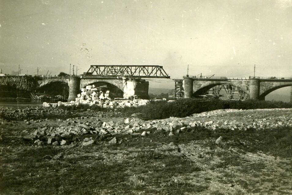 Behelfsmäßig hergerichtete Stadtbrücke: Im September 1945 konnten schon wieder Züge darüber rollen.