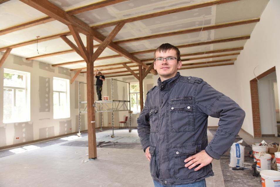 Peter Behrendt vom Kirchenvorstand freut sich über den Fortschritt beim Innenausbau der alten Pfarrscheune in Possendorf.