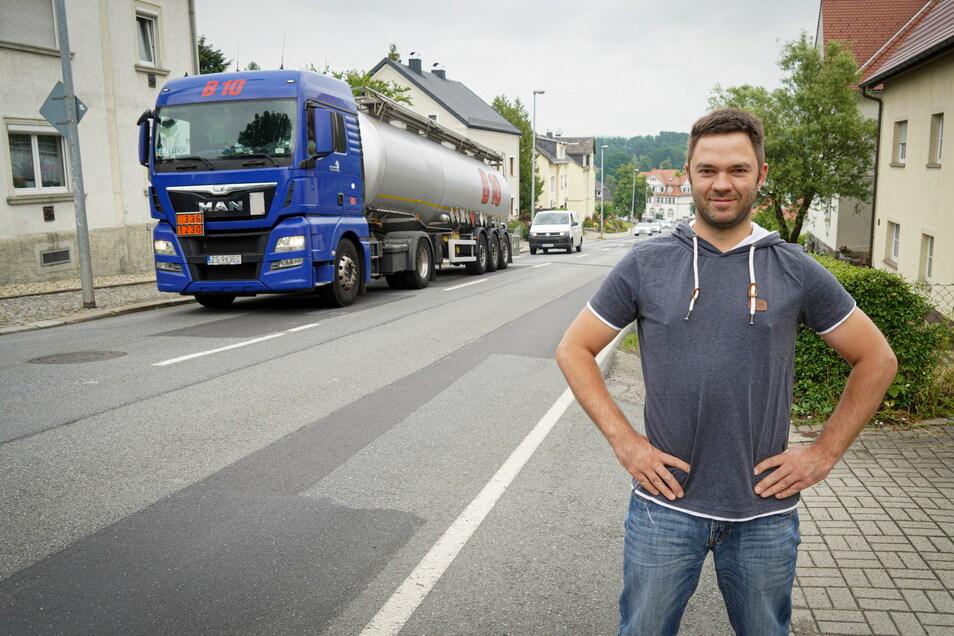 Jens Beddies wohnt in Kirschau an der Bautzener Straße. Dort entlang führen derzeit zwei Umleitungen, weil die Bundesstraßen in Wehrsdorf und Oppach gebaut werden. Die Anwohner leiden unter Lärm, Schäden an den Häusern und erhöhter Unfallgefahr.