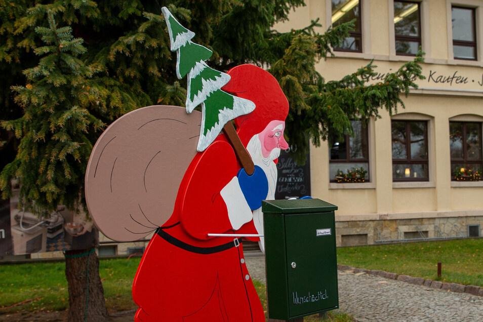Weihnachtsmänner gibt es überall - der an der Schokoladenmanufaktur in Heidenau hat aber auch einen Wunschbriefkasten.