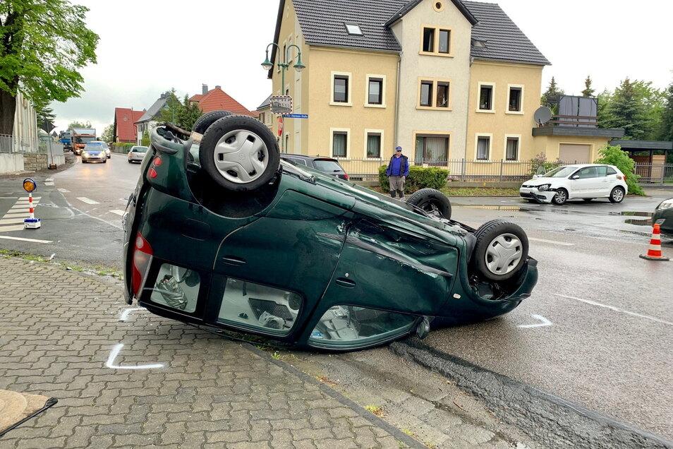 Die beiden in den Unfall verwickelten Fahrzeuge: vorn der Toyota, rechts hinten der VW.