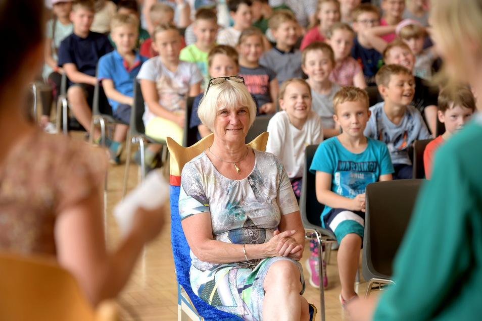 Die Schüler der Weinau-Grundschule führen zur Verabschiedung ihrer langjährigen Schulleiterin Antje Engemann (Mitte) ein kleines Programm auf.