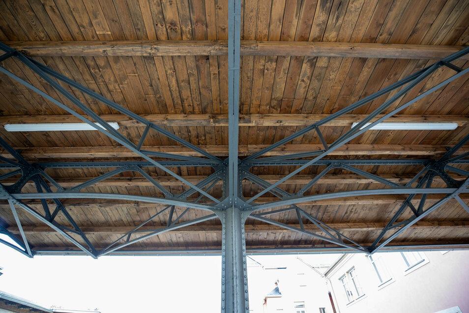 Dieses Dach mit seinem genieteten Eisengerüst überspannte einst einen Bahnsteig in Radebeul. Nun ist darunter der Carport angelegt.