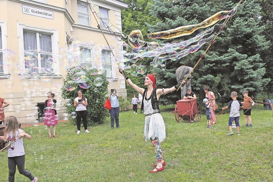 Manuela führte den Kindern und Erwachsenen am Sonnabendnachmittag im Garten des Glasmuseums vor, wie mit einfachen Mitteln Riesenseifenblasen entstehen.