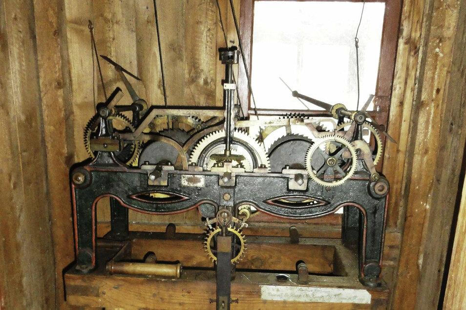 Das mechanische Uhrwerk aus der Kirche Röderau (Gemeinde Zeithain) verrichtet jetzt seinen Dienst in Tellschütz bei Leipzig.