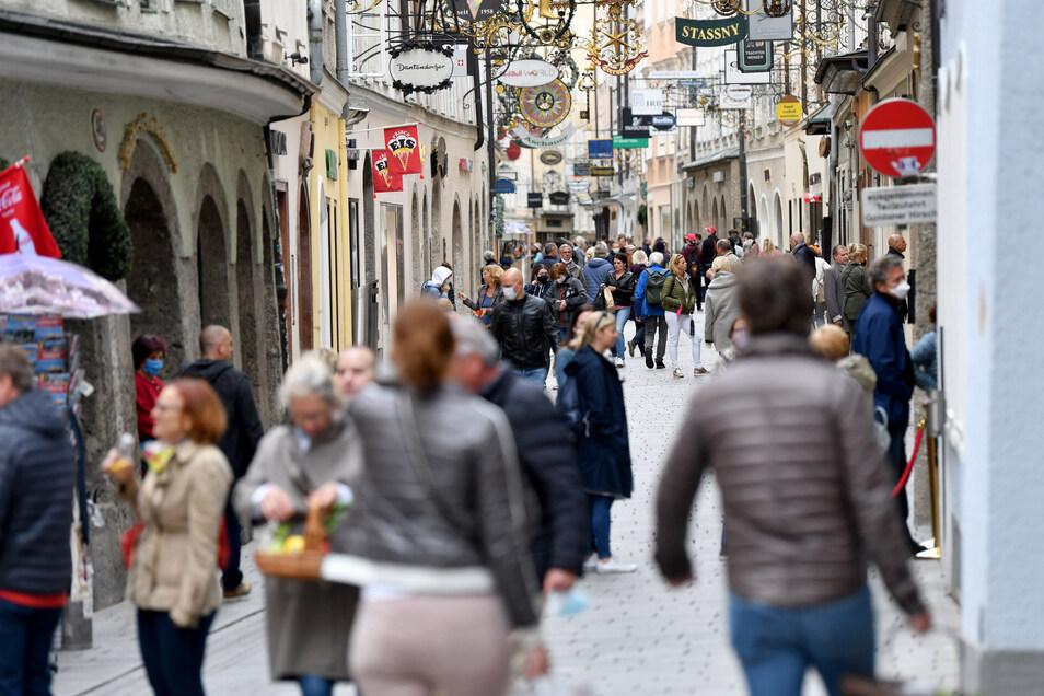 Die Getreidegasse in Salzburg am heutigen Samstag. In Österreich dürfen alle Geschäfte sowie viele Dienstleistungsbetriebe wie Friseure wieder öffnen.