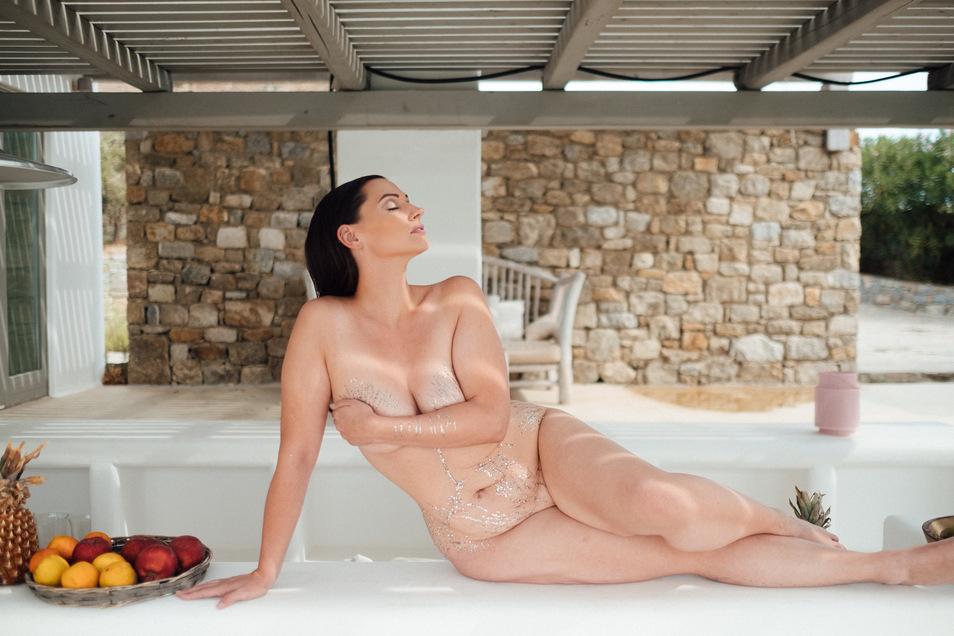 """Eine Narbe ist ihr Markenzeichen: Silvana Denker (35) ist Fotografin, erfolgreiches Curvy-Model und Body-Positivity-Aktivistin. Sie will bei """"No Body is perfect"""" gemeinsam mit drei anderen Coaches den Teilnehmern des Nacktexperiments helfen, sich selbst w"""