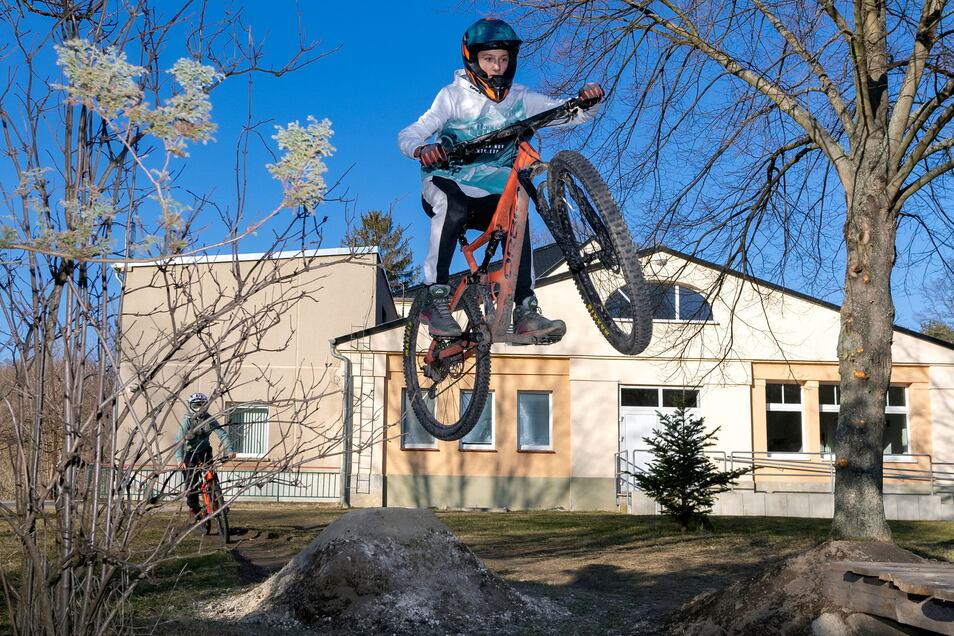 Hinter der Turnhalle in Schlungwitz  ist eine Dirt-Bike-Strecke entstanden. Fabian Müller hatte die Idee - und übt dort jetzt Sprünge mit seinem Mountainbike.