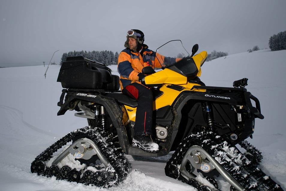 Alexander Richter fährt auf einem Quad mit Raupensystem über seinen seinen Skihang. Der Corona-Lockdown hat Skifahrern und Liftbetreibern die diesjährige Wintersaison vermasselt.