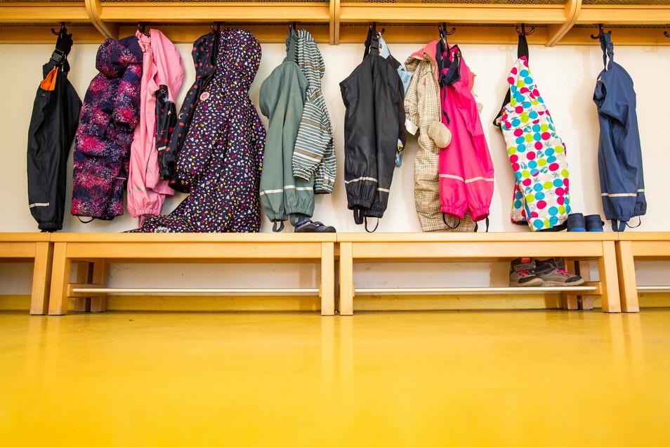 Jacken von Kindern hängen an der Garderobe einer Kindertagesstätte. Eltern, die an ihrer Arbeitsstelle unabkömmlich sind, können ihre Kinder notbetreuen lassen. In Wülknitz häufiger als in anderen Gemeinden.