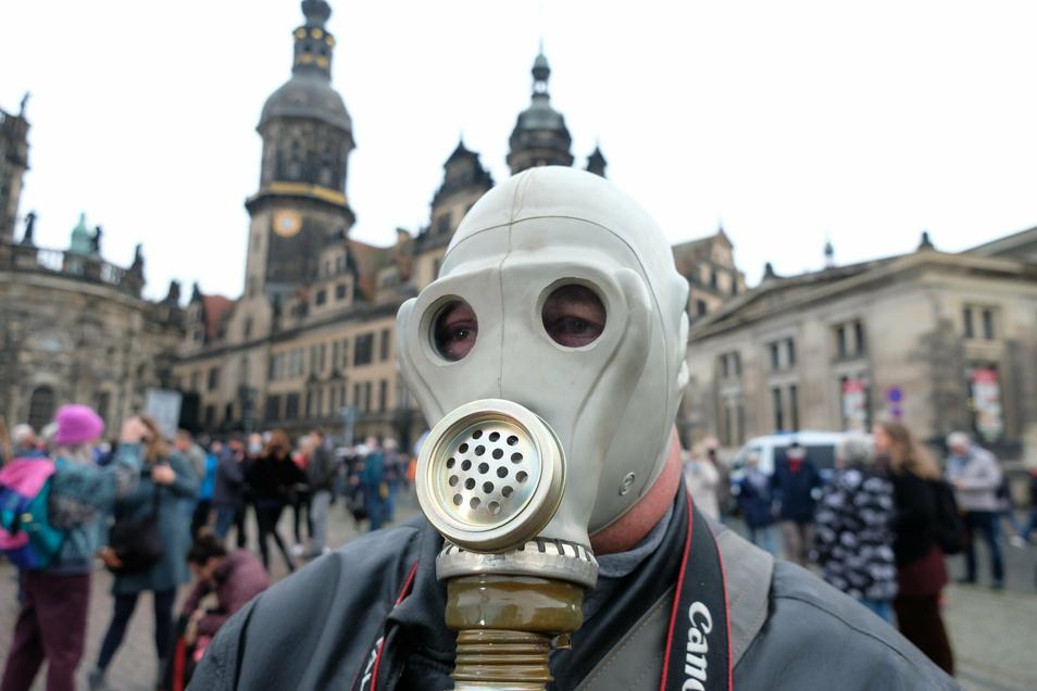 Maskenträger am Samstag auf dem Dresdner Theaterplatz. Allzu viele andere Masken waren dagegen nicht zu sehen.
