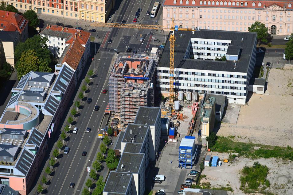 Bauten des Anstoßes in Potsdam, Breite Straße: das Rechenzentrum (r.) und der Turm der Garnisonkirche.