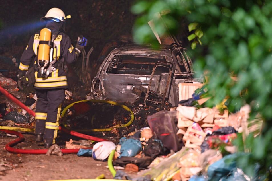 Auf einem völlig vermüllten Grundstück im Kohlwesa bei Hochkirch brannten in der Nacht zu Dienstag drei Autos.