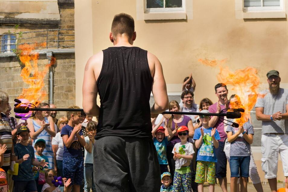 """Es wird heiß: Gabriel, der Feuerengel, wird beim Aktionssommer """"#pirnaerleben"""" am 17. Juli die Gäste in der Pirnaer Altstadt unterhalten."""