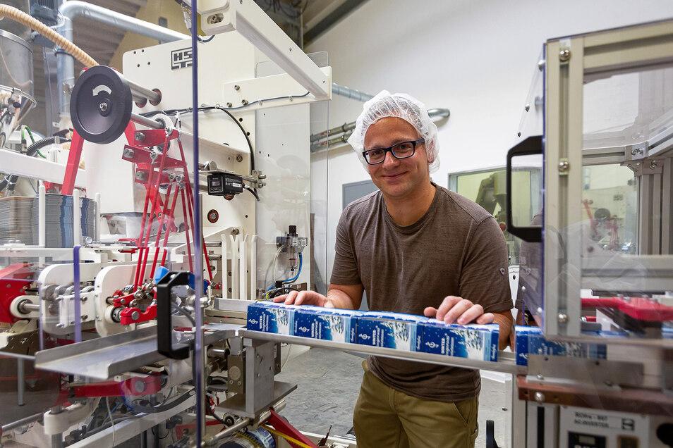 Maschinenführer Martin Köhler an der neuen Verpackungsmaschine.