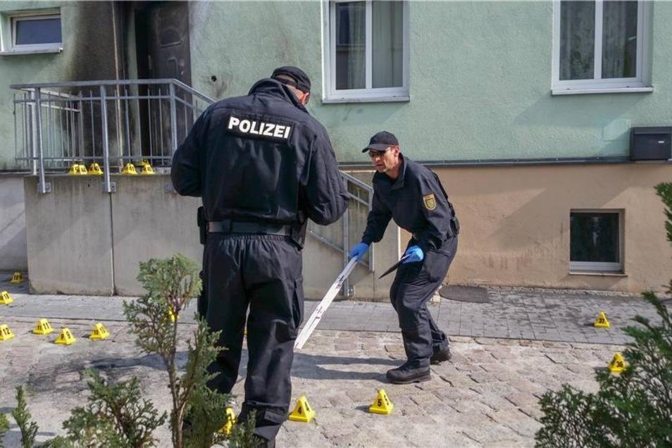 Polizisten sichern den Tatort an der Moschee.