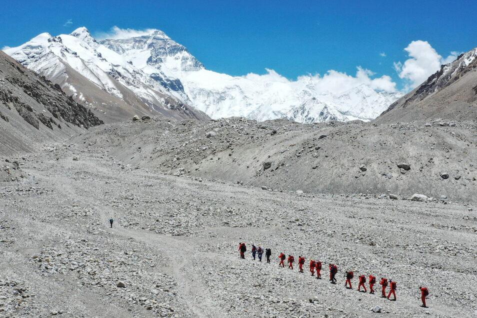 Den Mount Everest können Bergsteiger nicht nur von Nepal, sondern wie hier auch von der chinesischen Norseite aus erklimmen. Als Vorsichtsmaßnahme in der Pandemie erhielten dort in diesem Jahr allerdings nur 38 Bergsteiger eine Genehmigung für die Kletter