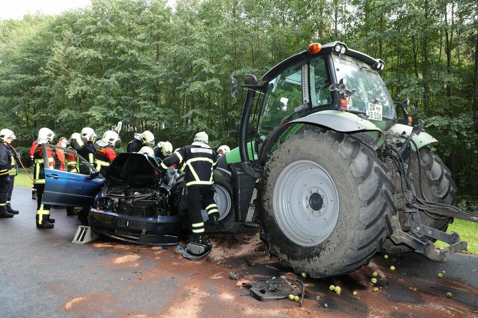 Der im Wrack eingeklemmte Autofahrer musste eine Stunde lang von Rettungskräften befreit werden, bevor er schwer verletzt ins Krankenhaus gebracht werden konnte.