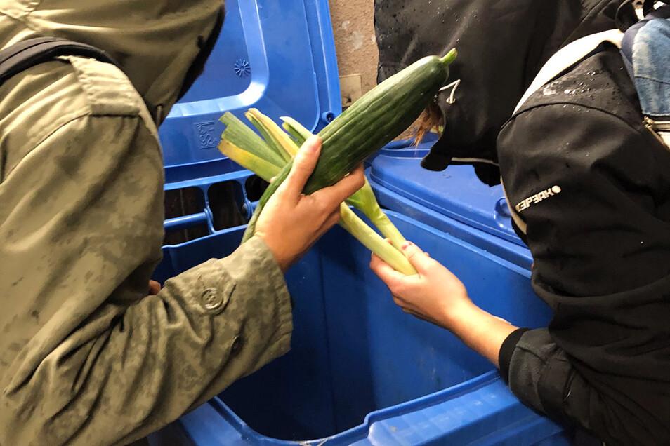 Wer Lebensmittel aus Abfalltonnen vor Supermärkten holt, muss mit einer Verurteilung als Dieb rechnen.