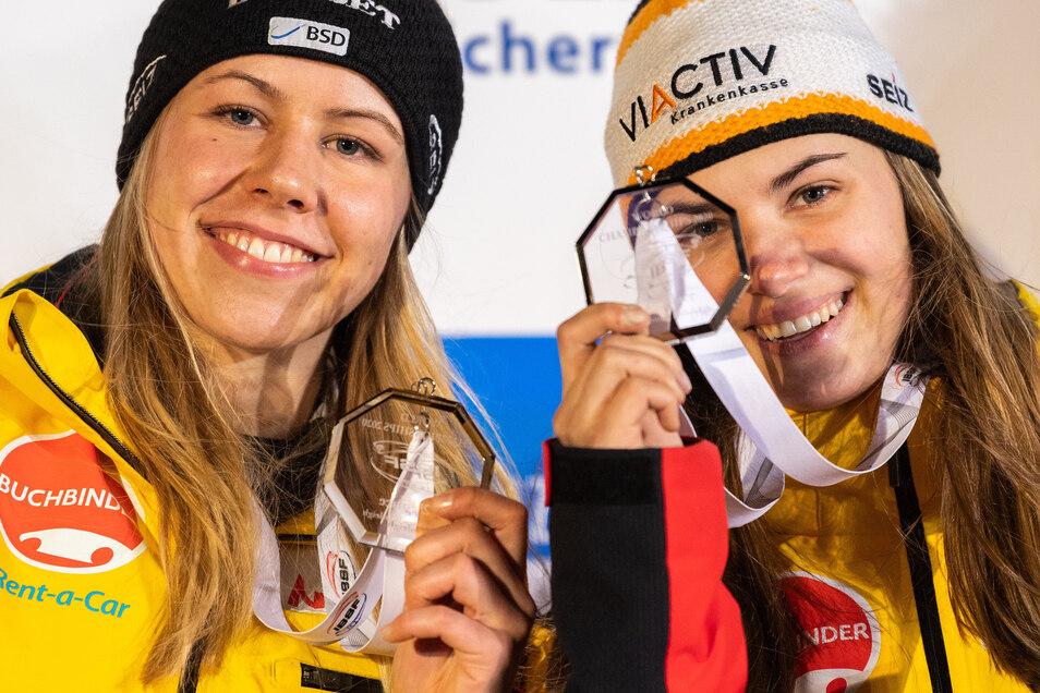 Für jeden Spaß zu haben: die WM-Zweite Kim Kalicki (rechts), hier bei der Siegerehrung mit ihrer Anschieberin Kira Lipperheide.