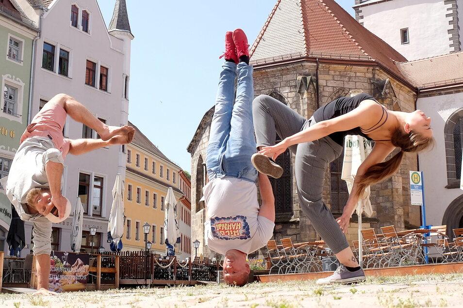 """Felix Roßberg (links), Heiko """"Hahny"""" Hahnewald und Joanna Mintcheva eröffnen den Meißner Kultursommer mit Breakdance."""
