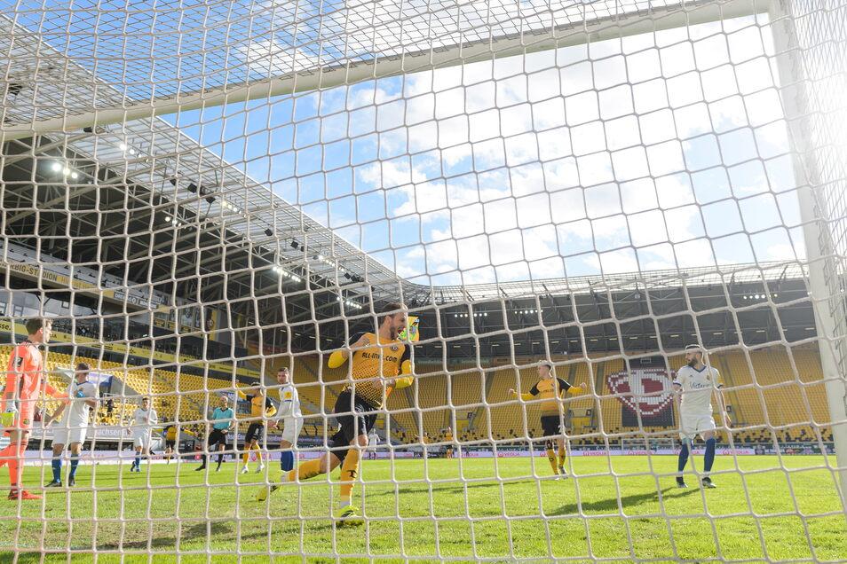 Pascal Sohm jubelt nach seinem Treffer zum 1:1. Nach dem Ausgleich hat Dynamo gute Chancen, es bleibt aber beim Unentschieden gegen Saarbrücken.