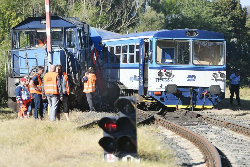 Beim Zusammenstoß eines Triebwagens der Bahn mit der Lokomotive einer Messgarnitur sind in Tschechien 20 Menschen verletzt worden.