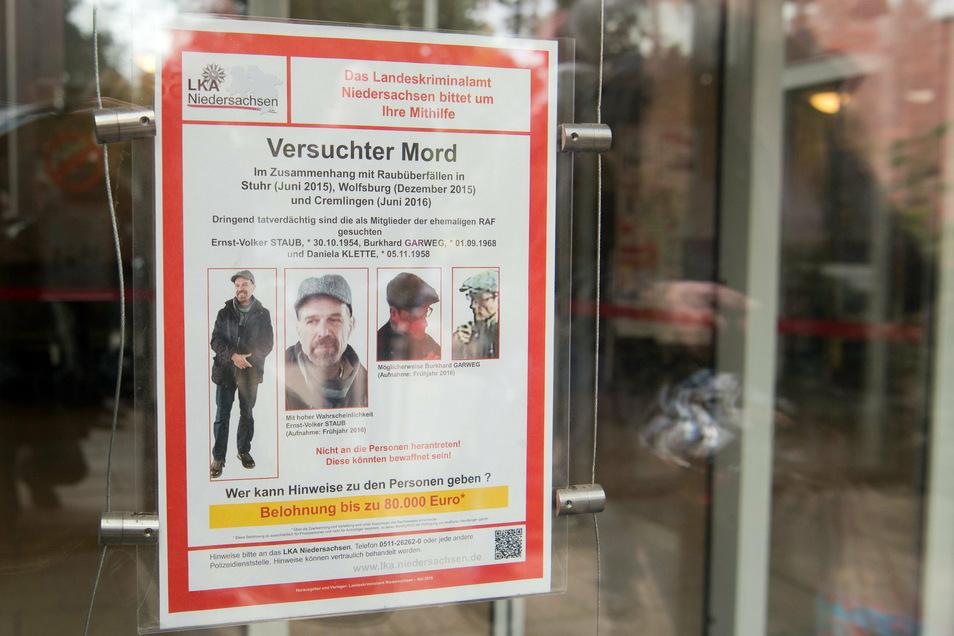 Ein Fahndungsplakat des LKA Niedersachsen mit der Fahndung nach zwei ehemaligen Mitgliedern der Rote-Armee-Fraktion (RAF), Burkhard Garweg (r) und Ernst-Volker Staub (l).