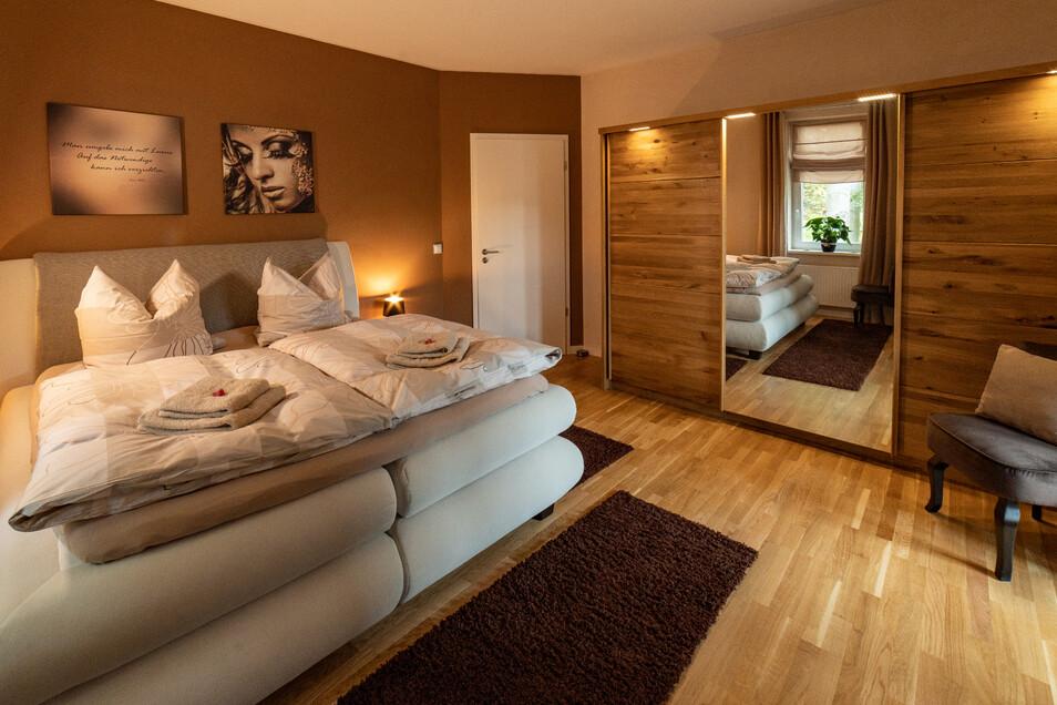 Die Schlafzimmer sind mit luxuriösen Boxspringbetten ausgestattet.