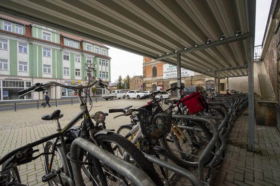 Schon jetzt gibt es überdachte Fahrradständer auf dem Bahnhofsvorplatz. An der Stelle, wo der Passant im Hintergrund läuft, ist im Vorentwurf der Bau einer Busbucht mit Wartehäuschen angedacht.