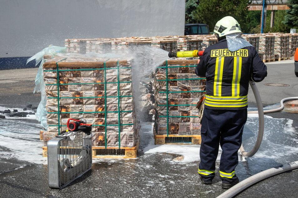 Fast 60 Feuerwehrleute waren am Dienstag in Bischofswerda im Einsatz, um am Drebnitzer Weg einen Großbrand zu verhindern - erfolgreich.
