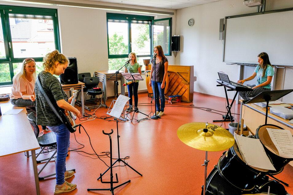 Sammelt hier die neue Schülerband ihre ersten Erfahrungen an den Instrumenten? Musiklehrerin Steffi Rous hilft ihnen dabei.