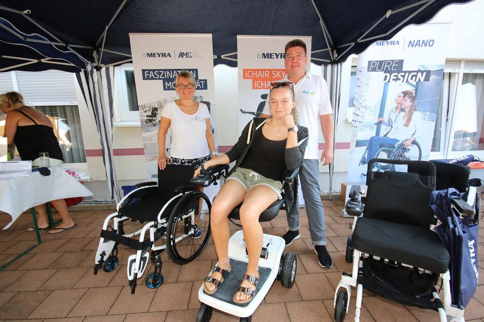 Mit bis zu 6 Kilometer pro Stunde durch die Wohnung fahren: Maya Ferl, Natalie Ferl und Sven Großmann (v.l.) präsentieren die neueste Innovation, einen Rollstuhl, der kompakter und einfacher zu bedienen sei.