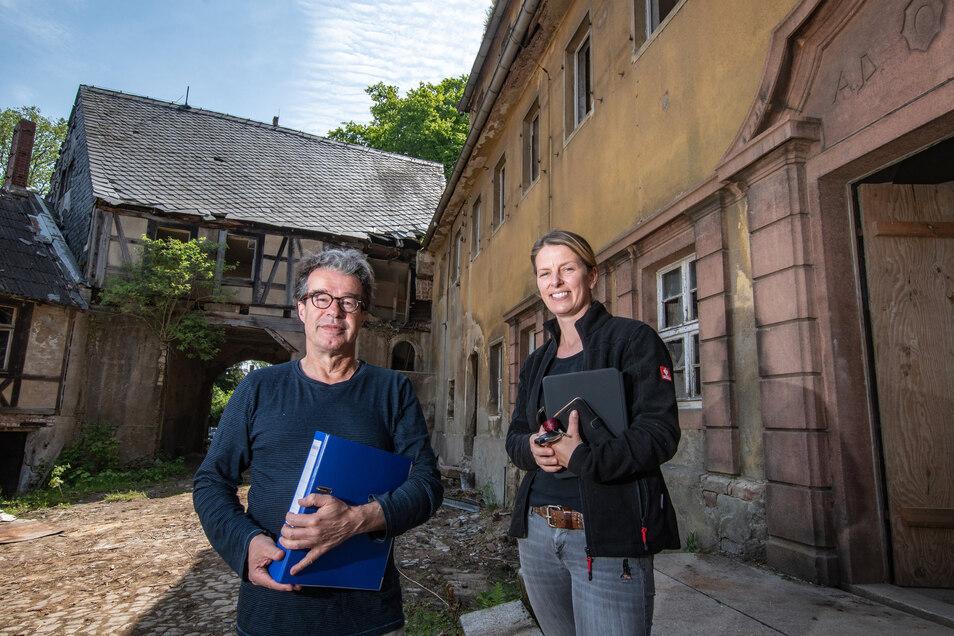 Architekt Peter Müller und Bauherrin Cornelia Zeibig stehen vor dem Herrenhaus, das 1922 umgebaut worden war.