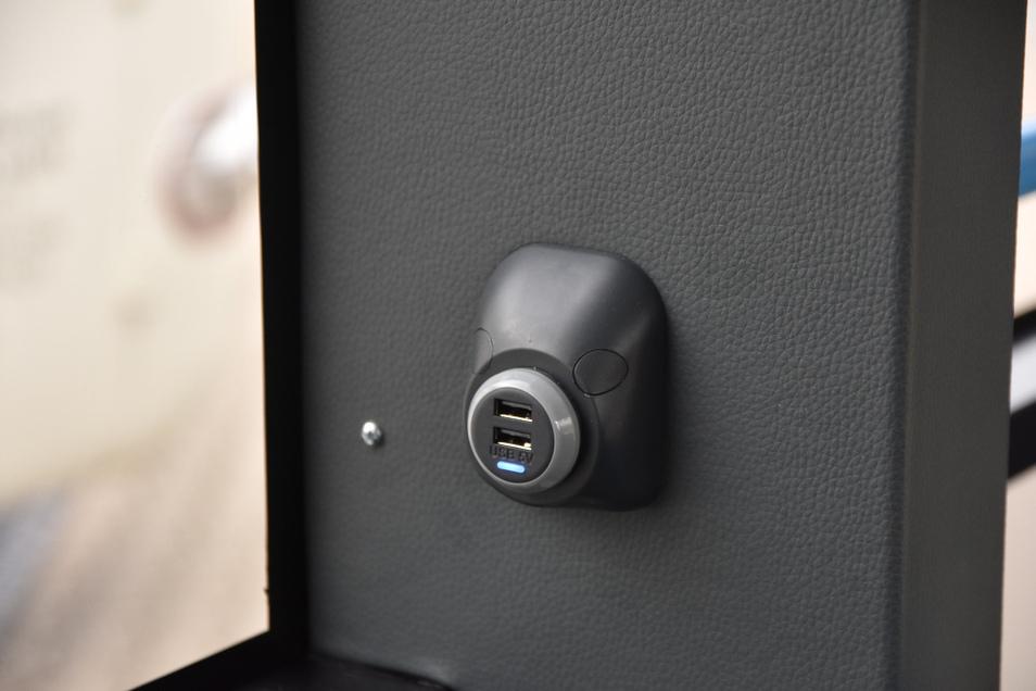 Jeder Sitzplatz hat in seiner Nähe eine USB-Ladebuchse, deren Nutzung im Fahrpreis inbegriffen ist.